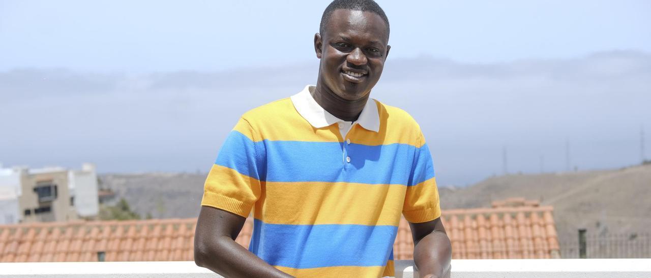 Mamadou Lamine Fall, ayer en los alrededores de su casa en Tafira Baja, sostiene sus cupones de la ONCE