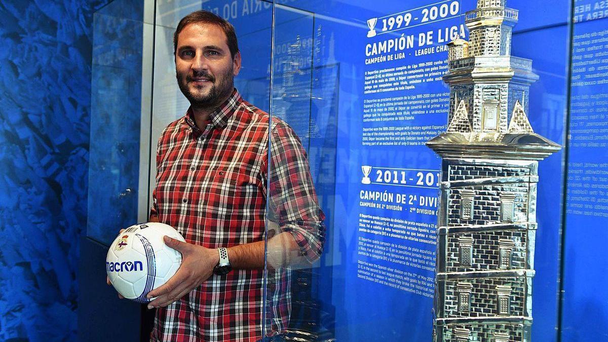 Manu Sánchez, al lado de un trofeo Teresa Herrera en la Deportienda de Riazor.