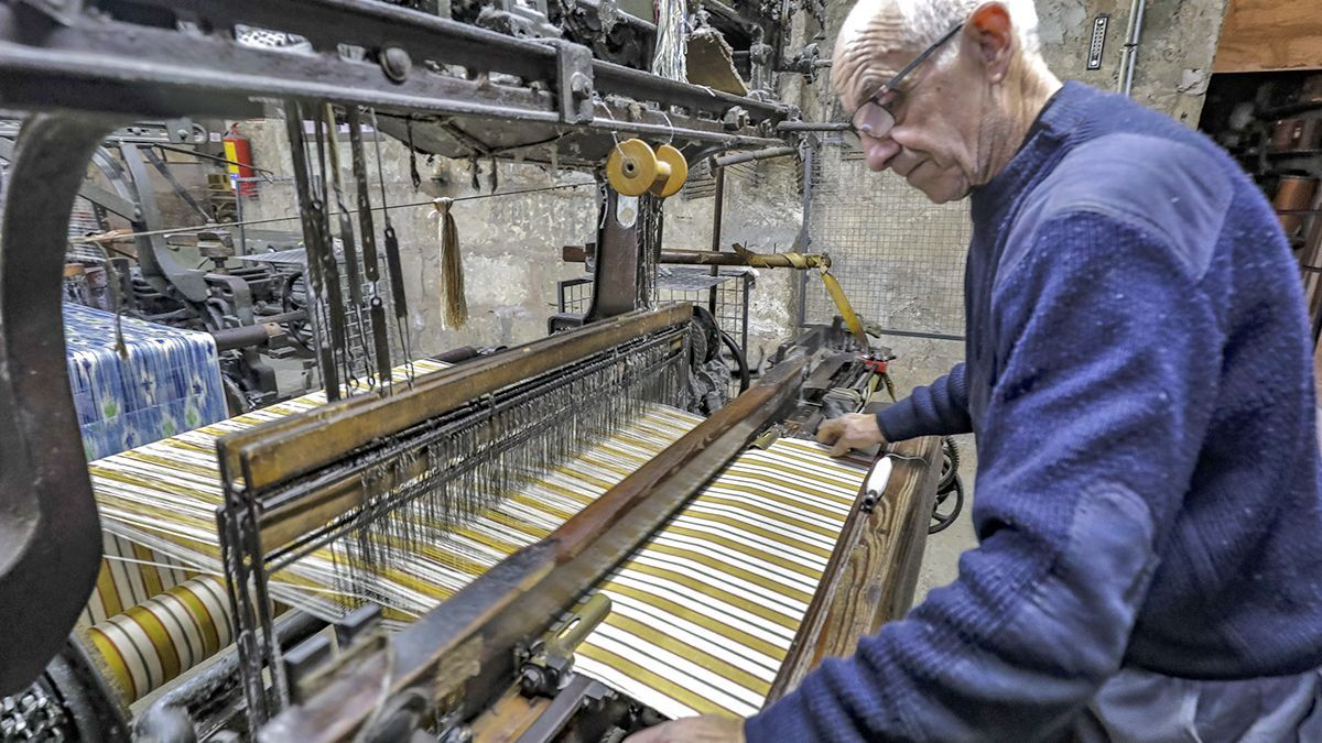 Guillem Bujosa confeccionando 'roba de llengües' en el telar de Bujosa Artesania Tèxtil