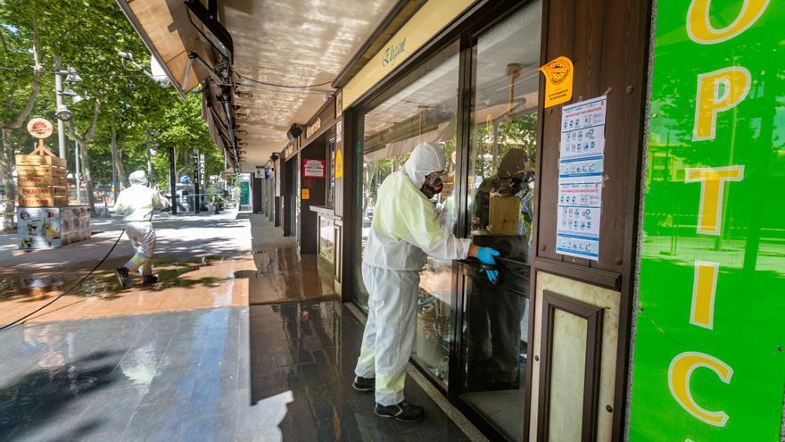 Benidorm volverá a desinfectar las fachadas de comercios y bares como hizo en la primera ola del virus