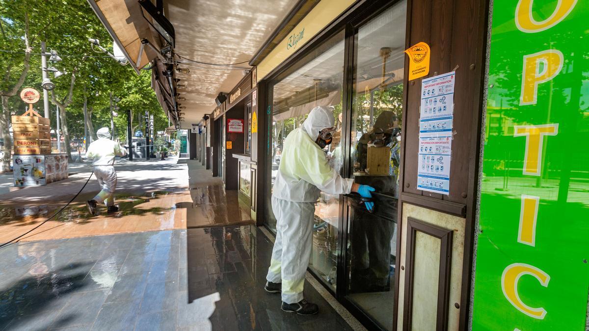 Operarios realizando tareas de limpieza en comercios durante la primera ola de la pandemia.