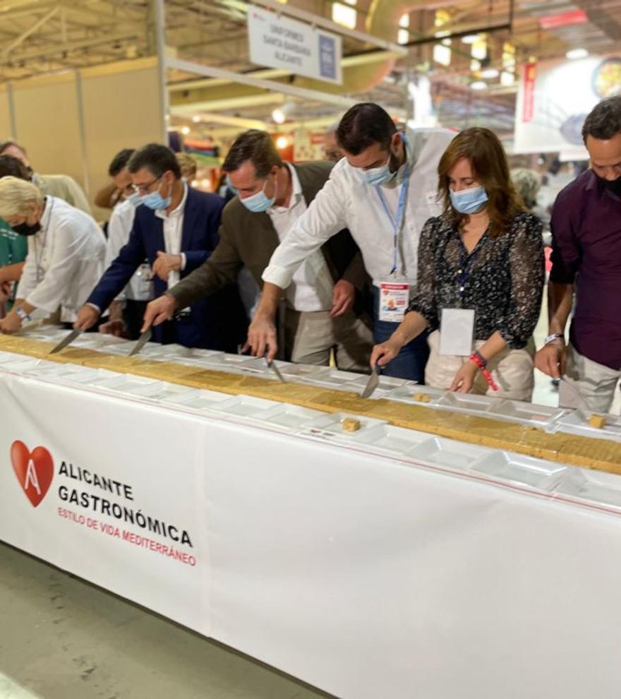 Alicante Gastronómica elabora la pastilla de turrón más grande del mundo, en homenaje a José Enrique Garrigós