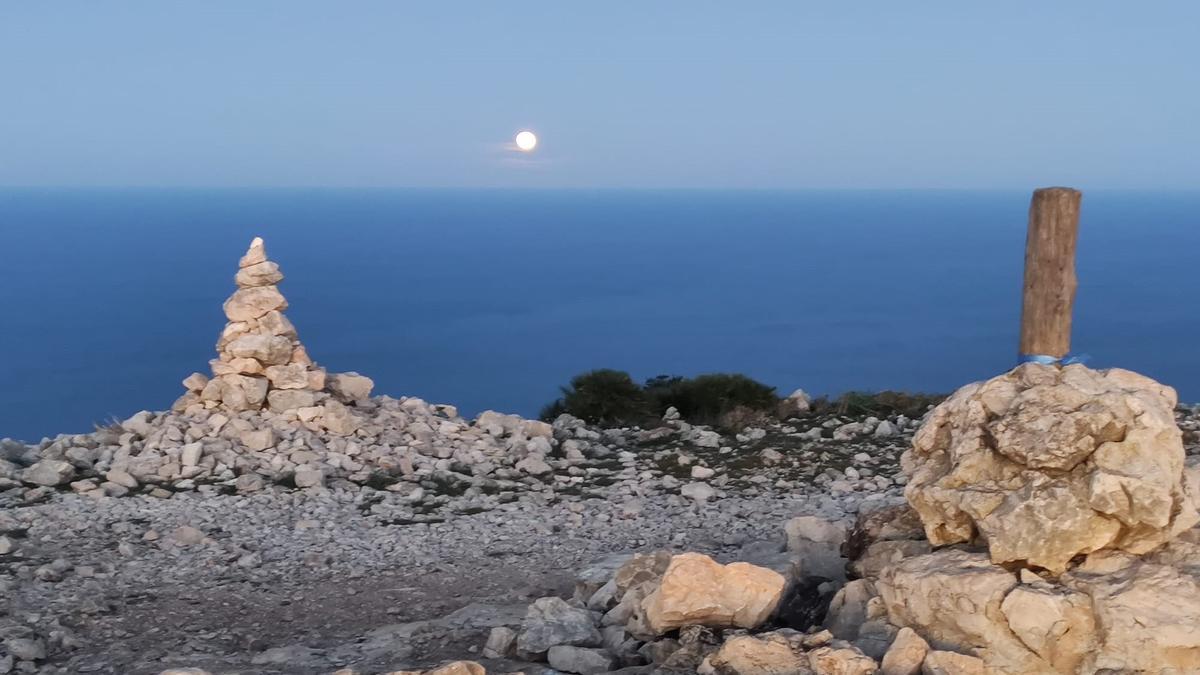 La luna observada desde la cima del Montgó