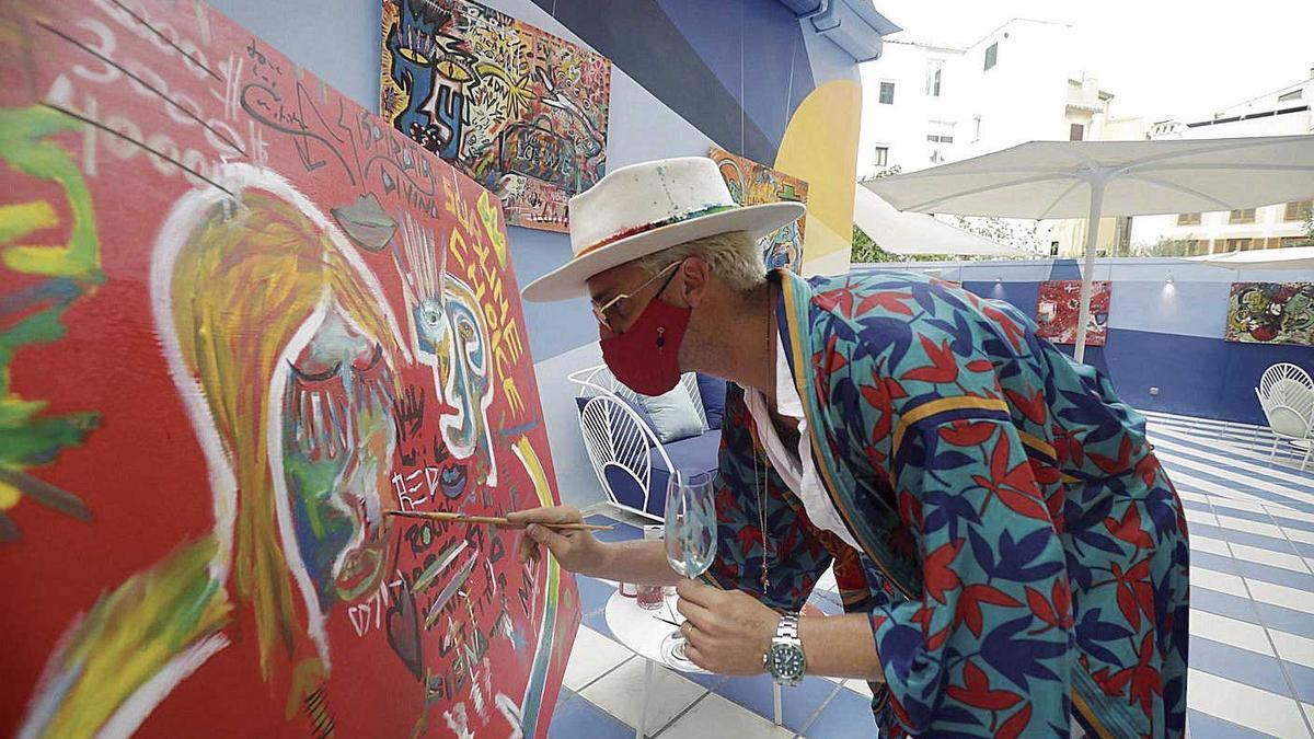 Aldo Comas, pintando en directo una obra, ayer, en la galería de Palma.
