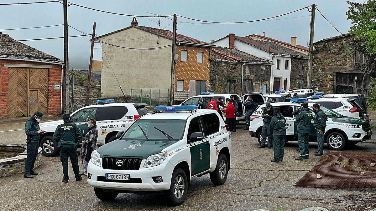 Despliegue de guardias civiles, ayer en Figueruela de Arrba para buscar al hombre desaparecido. | Cedida