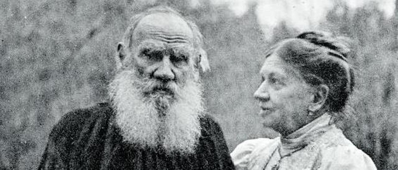 Tolstói y su esposa, Sofía Behrs, hacia 1906.