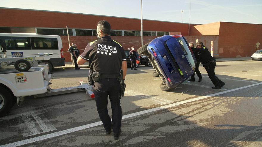 Un cotxe bolca davant del CAP 2 de Blanes