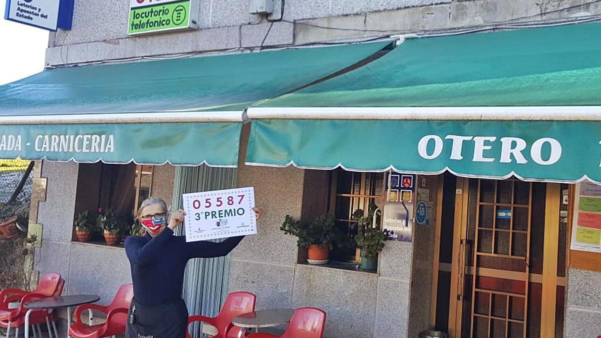 Puri Otero Prieto, en la puerta de su parrillada en Mugueimes, con el número que vendió. |   // FDV