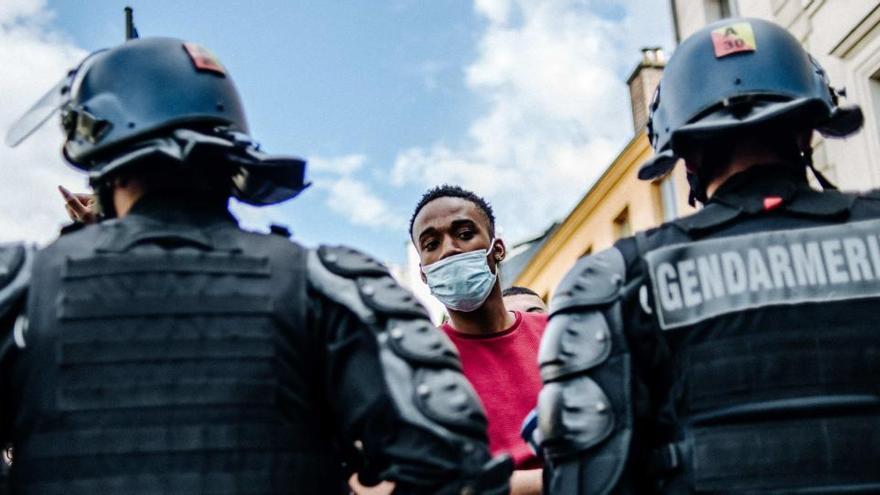 La policia a la UE escorcolla o atura persones de minories ètniques més del doble de vegades que a la població general