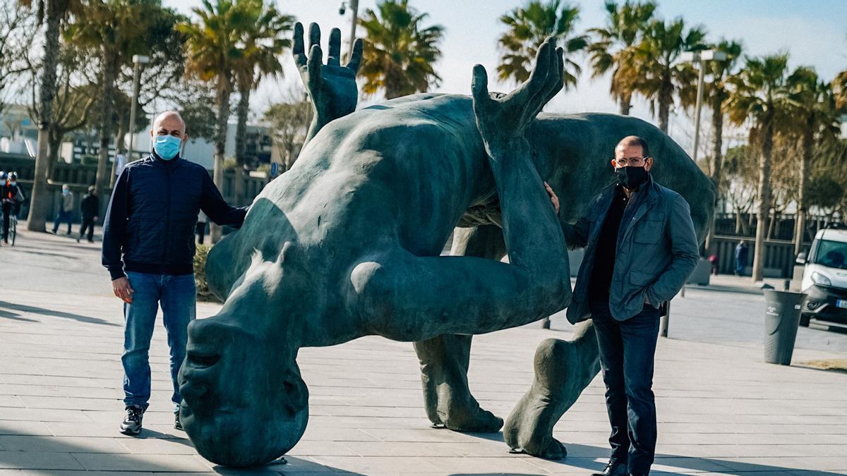 Coderch y Malavia junto a su escultura en la Marina de València.
