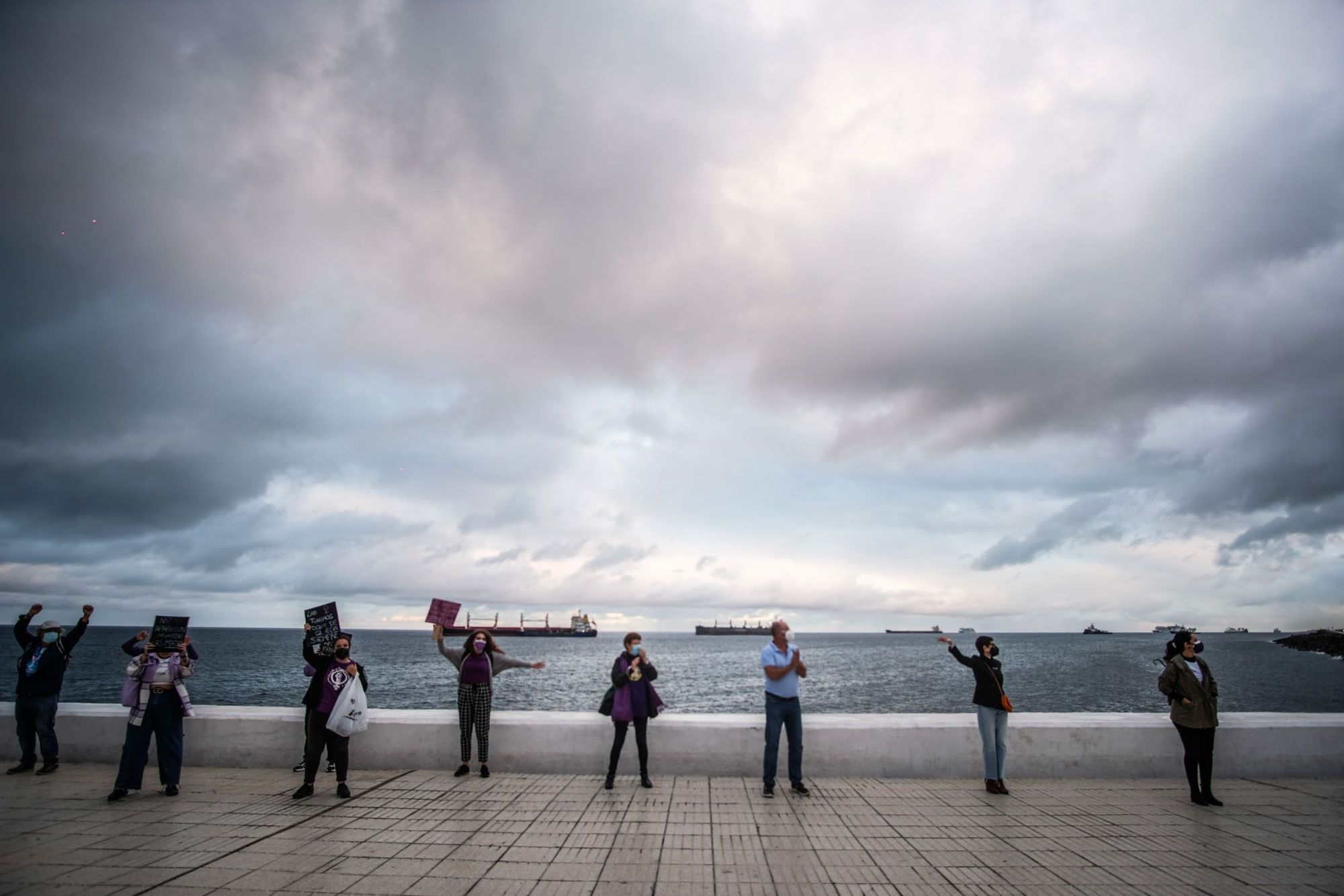 Una cadena humana viste de violeta la Avenida Marítima en el 8M