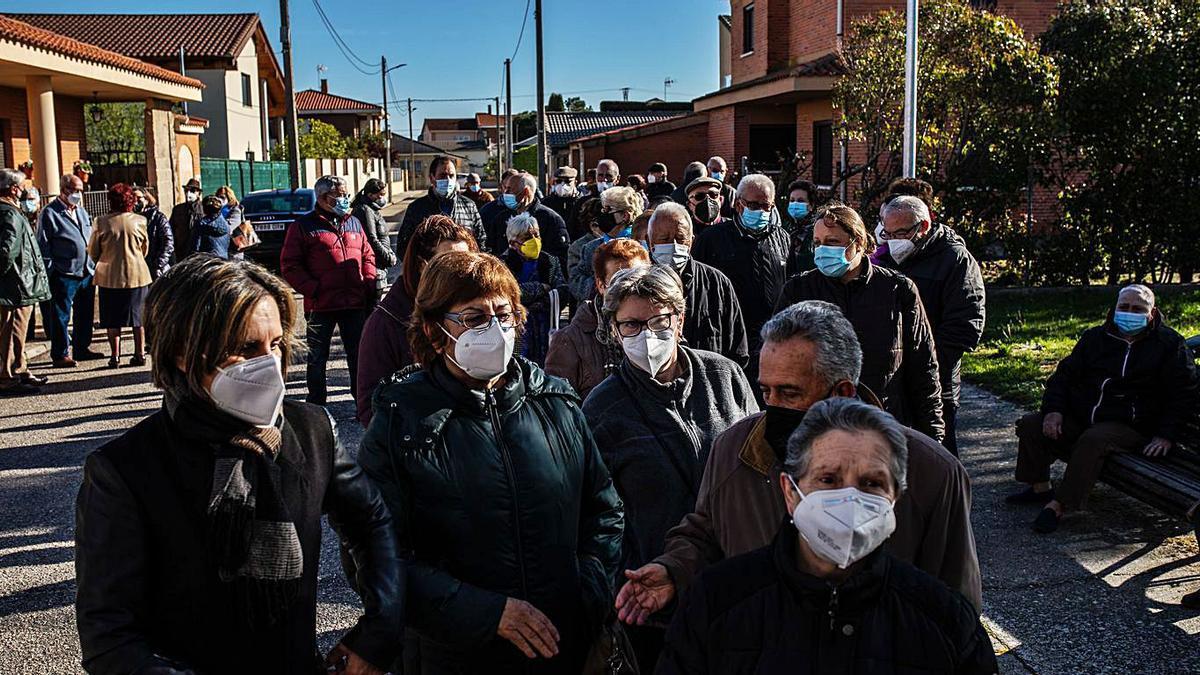 Vecinos de Moraleja del Vino esperan su turno de vacunación a las puertas del consultorio médico. | Emilio Fraile