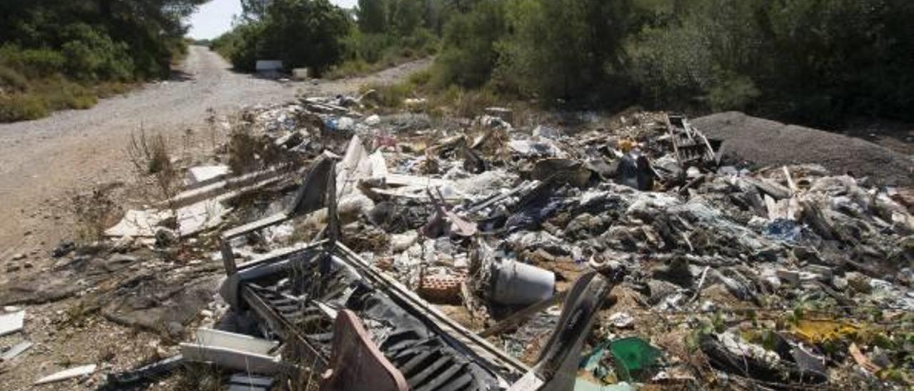 Denuncian un vertedero ilegal en una parcela municipal de la Llosa de Ranes
