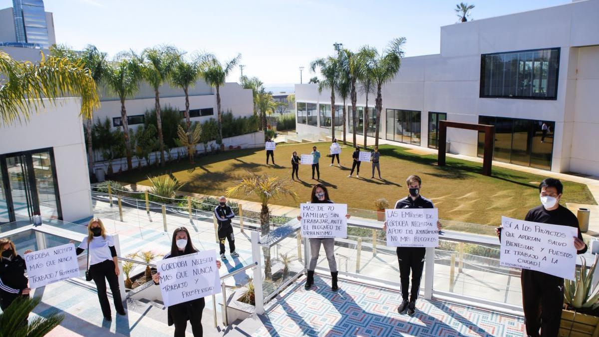 Los trabajadores de Tempo urgen a Urbanismo que permita abrir el club