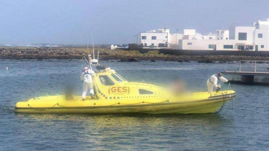 Evacúan de La Graciosa a tres turistas, uno de ellos positivo en Covid