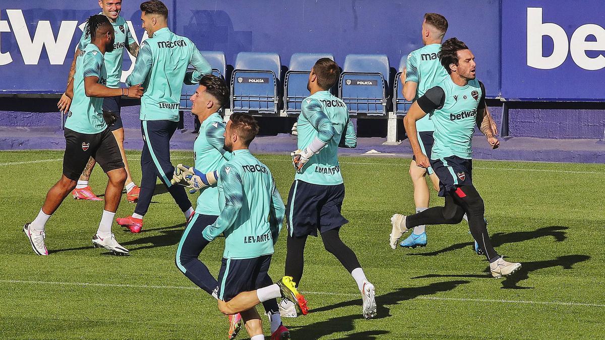 Los futbolistas del Levante UD se entrenan sobre el césped del Ciutat de València antes del partido ante el Celta en Balaídos (2-0). | F. CALABUIG