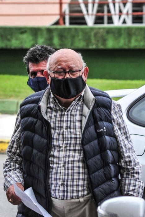 Manuel Charlín Gama llega a los juzgados de Vilagarcía de Arousa, este martes. // Iñaki Abella