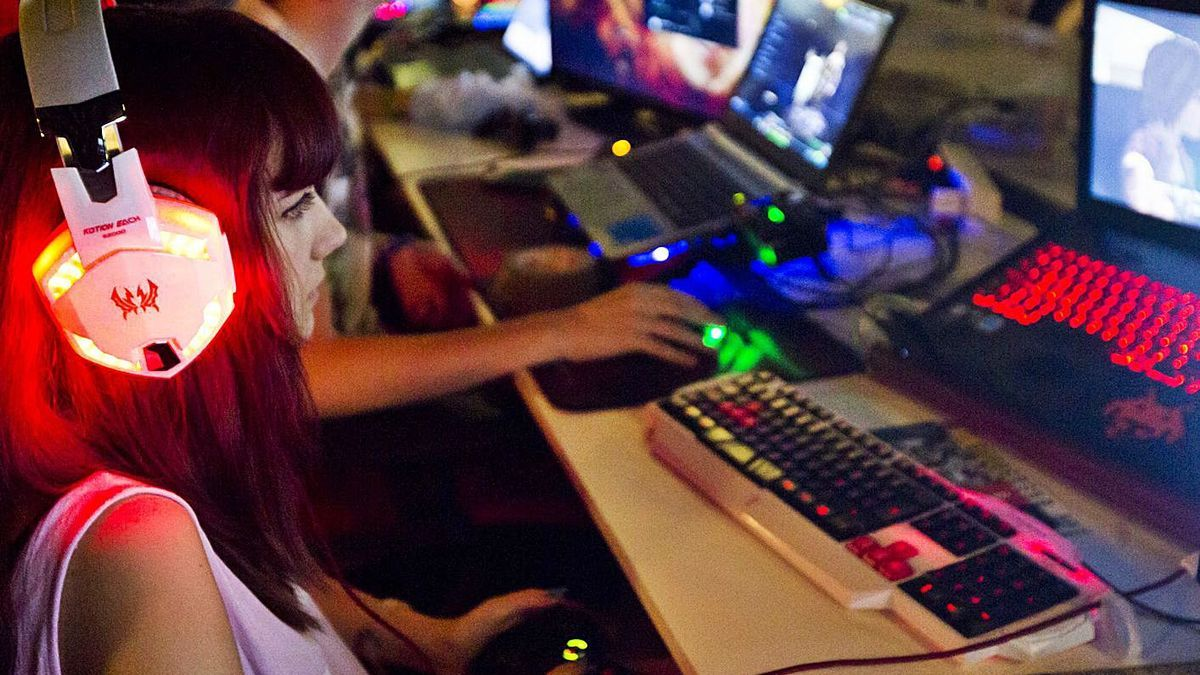 Una jove 'gamer' durant un festival de videojocs a València. | GERMÁN CABALLERO