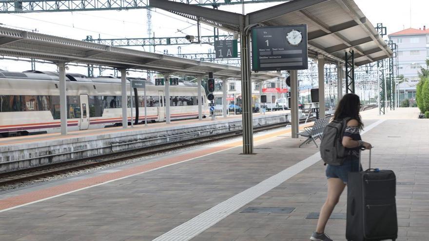 Cortado el tráfico ferroviario tras arrollar un tren a una persona en Santiago