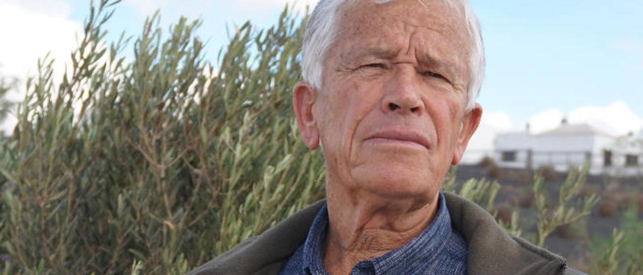 Juan Santana con el libro sobre la agricultura lanzaroteña.