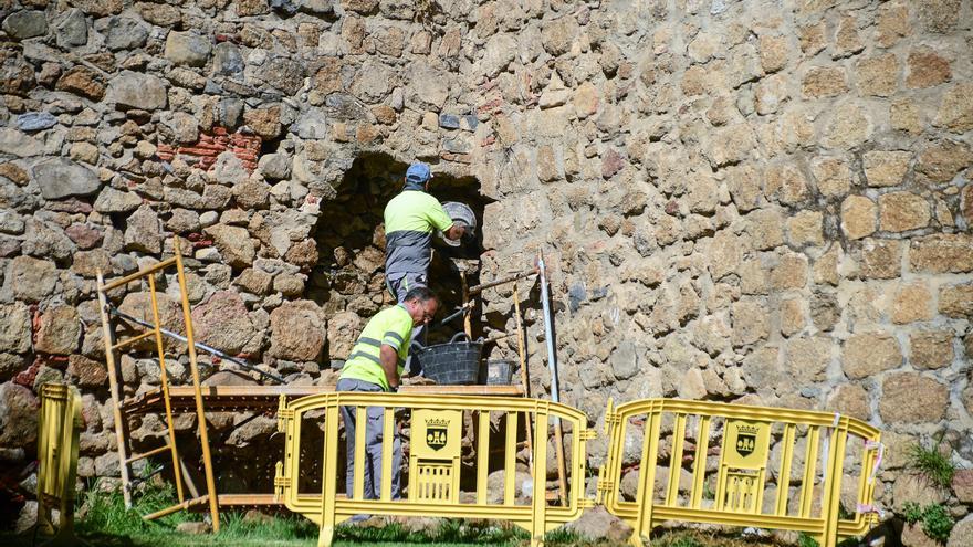 Comienzan a reparar el desprendimiento de la muralla en la Torre Lucía de Plasencia