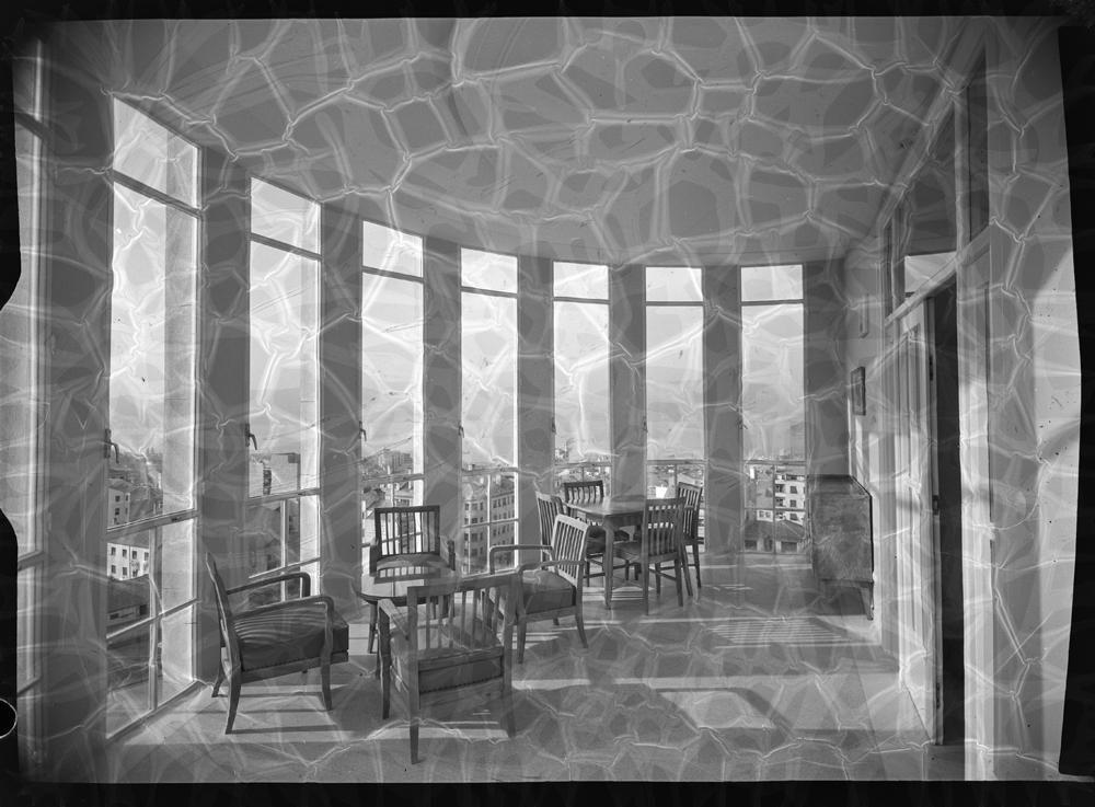 Mirador cerrado con sillas y mesas.jpg