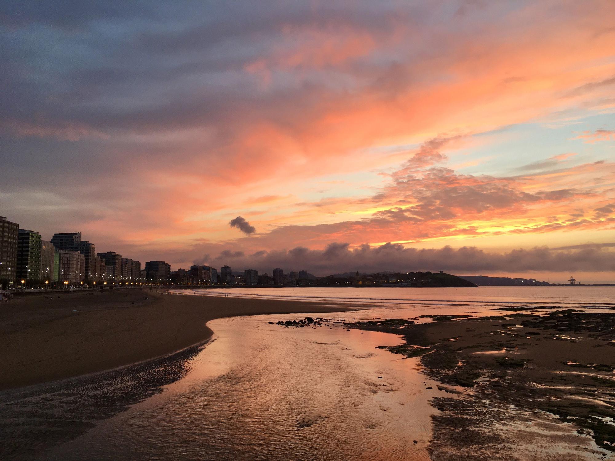 Las espectaculares fotos del atardecer de primavera en Gijón