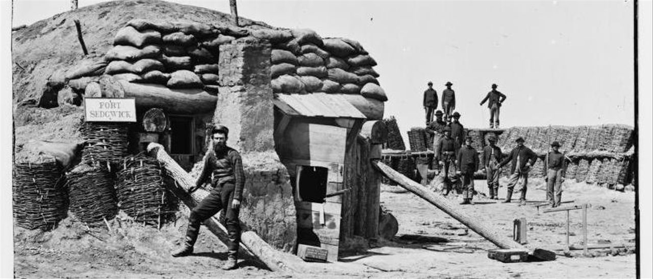 Thomas C. Roche, en primer término en Petersburg, Fort Sedgwick en 1865. | Thomas C. Roche |  MUSEO EVARISTO VALLE/THOMAS C.ROCHE