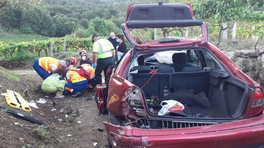 Un conductor de 43 años muere tras salir despedido de su coche en Beade