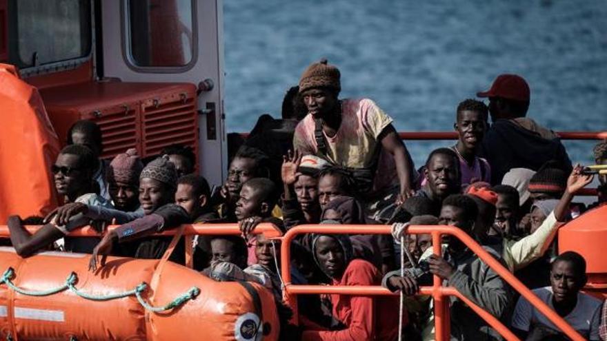 Más de un millar de inmigrantes hacinados en el muelle de Arguineguín