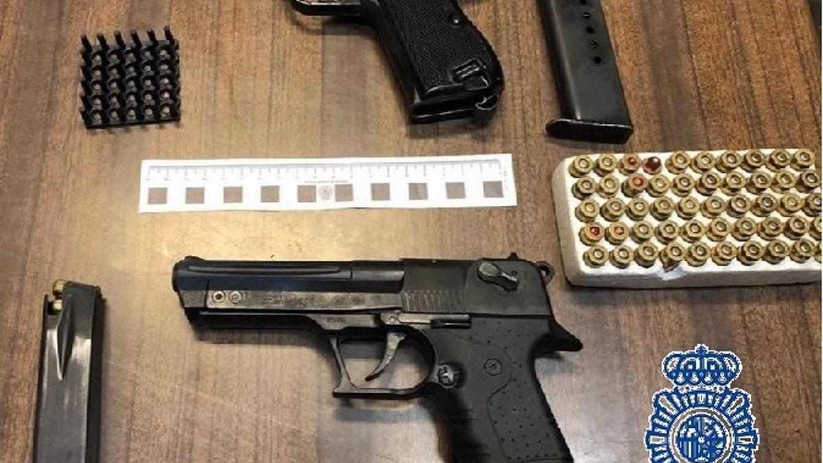 Dos armas que portaba un prófugo de la justicia en el asiento del conductor en el momento en que fue arrestado.