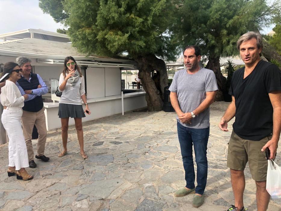 El médico de la Federación de Tenis, Ángel Ruiz-Cotorró, con Albert Costa y Carlos Costa.