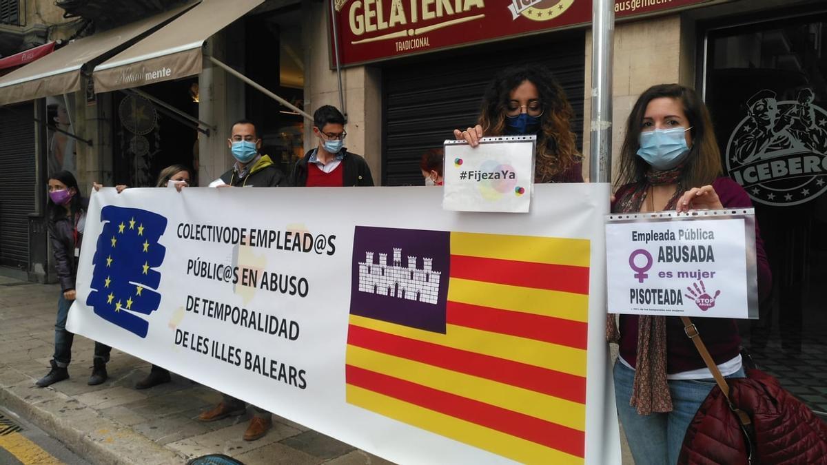 Funcionarios interinos recibe con una pancarta de protesta a la comitiva española de la cumbre con Italia