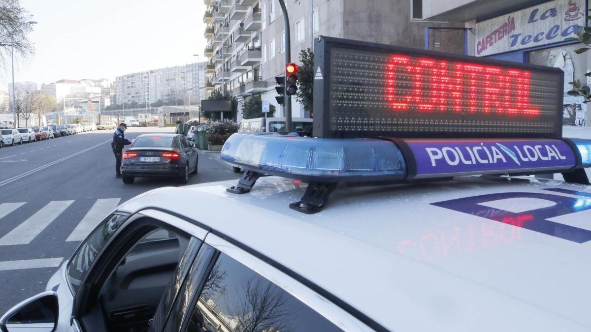 Un control policial en Vigo durante el estado de alarma. // Alba Villar