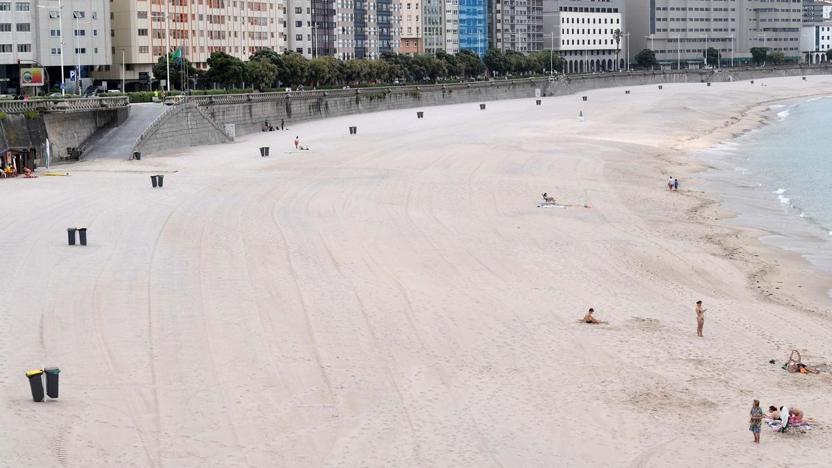 La playa del Orzán, casi vacía una tarde nublada de esta semana.