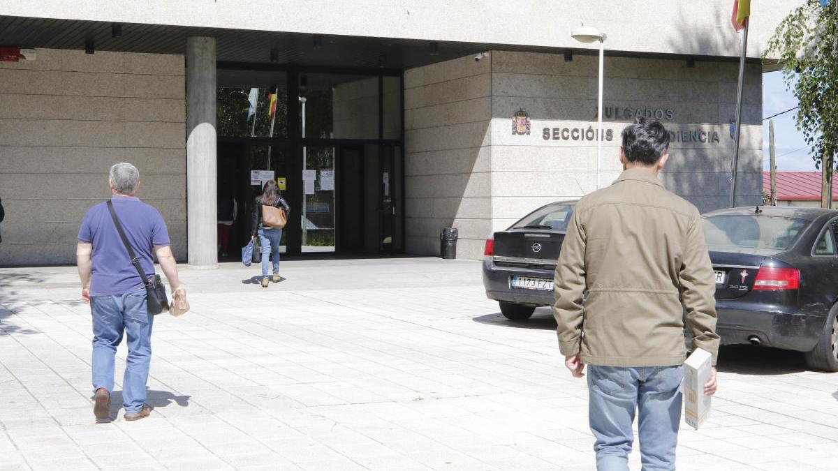Entrada de los juzgados de Vigo. // Alba Villar