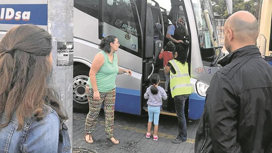 El Ayuntamiento activa el bus escolar para 35 niños del Raval