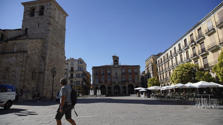 La fachada del Ayuntamiento de Zamora, en verde por la artritis y el Día del Ostomizado