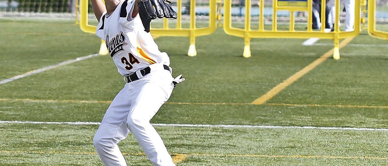 Un niño juega al béisbol en Las Rehoyas, en una imagen de archivo