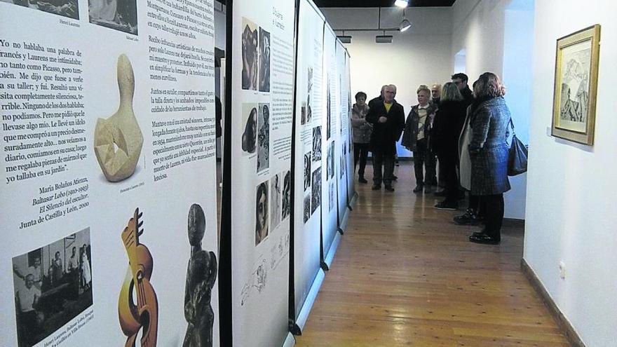 Invitados a la inauguración de la exposición sobre Baltasar Lobo admiran los paneles documentales sobre su vida y evolución artística.
