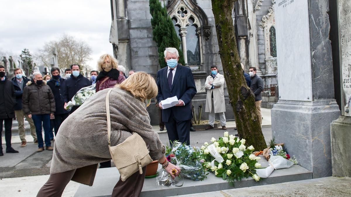 La presidenta del Colectivo de Víctimas del Terrorismo, Consuelo Ordóñez, coloca un ramo de flores en homenaje a su hermano en el 26 aniversario de su asesinato por ETA