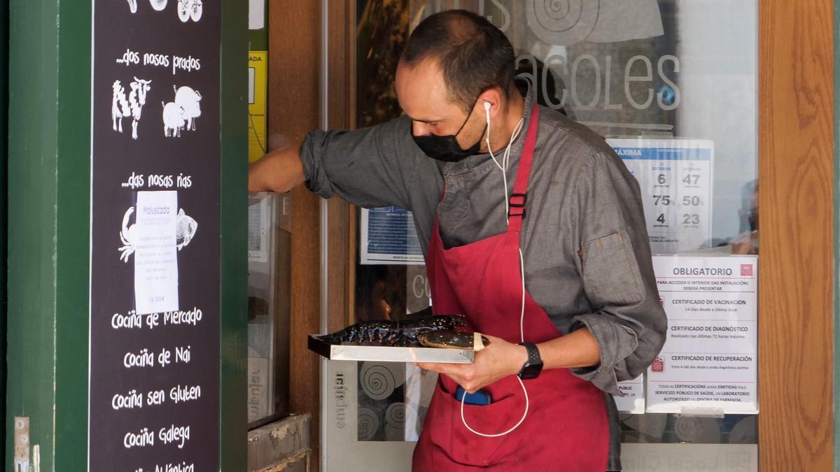 Un camarero trabajando.
