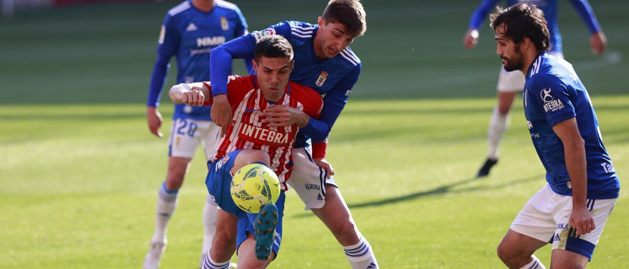 Djuka intenta proteger un balón encimado por varios jugadores del Oviedo