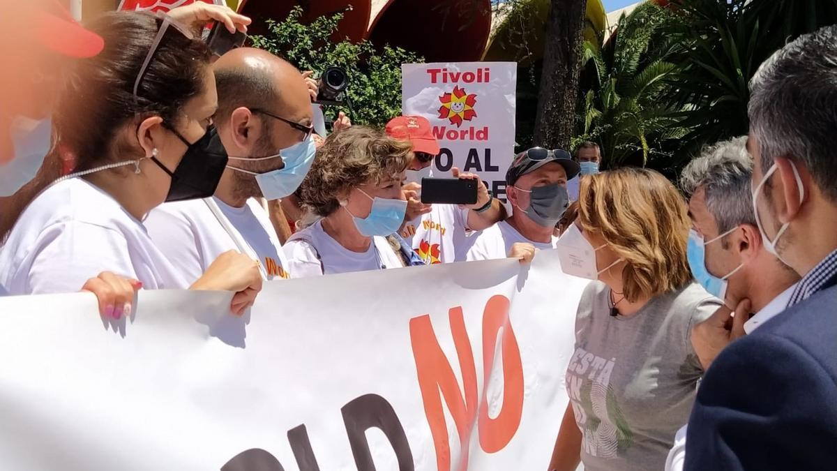 Susana Díaz, candidata del PSOE-A a las primarias, junto a trabajadores y representantes sindicales de Tivoli World