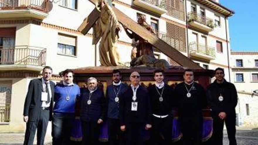 Eduardo Viñas, en el centro, con los hermanos de paso de Redención