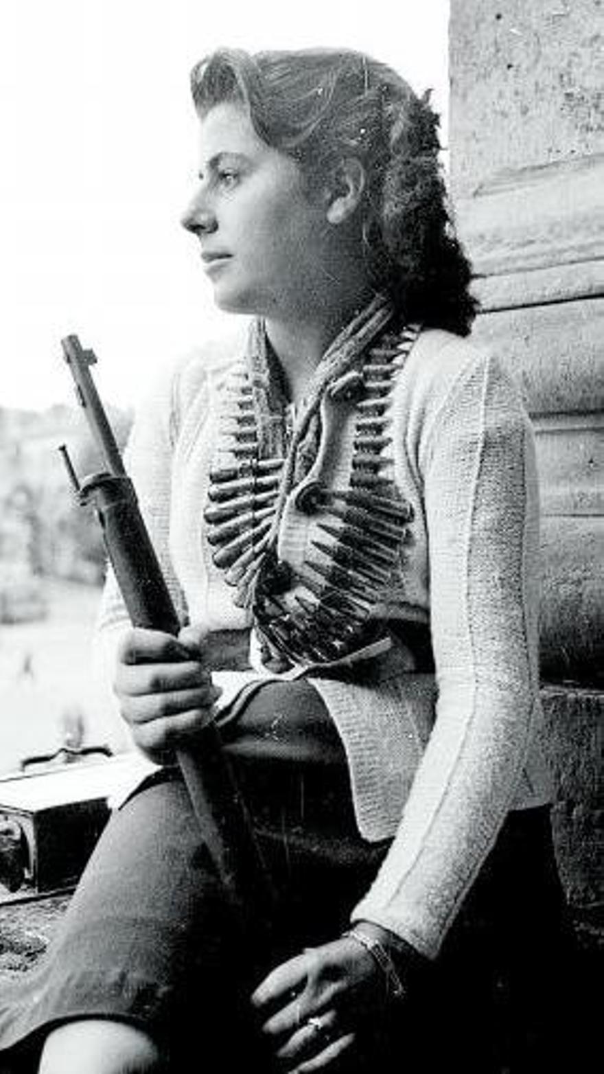 La republicana María Vázquez, de la Resistencia, tras liberar Ruán.
