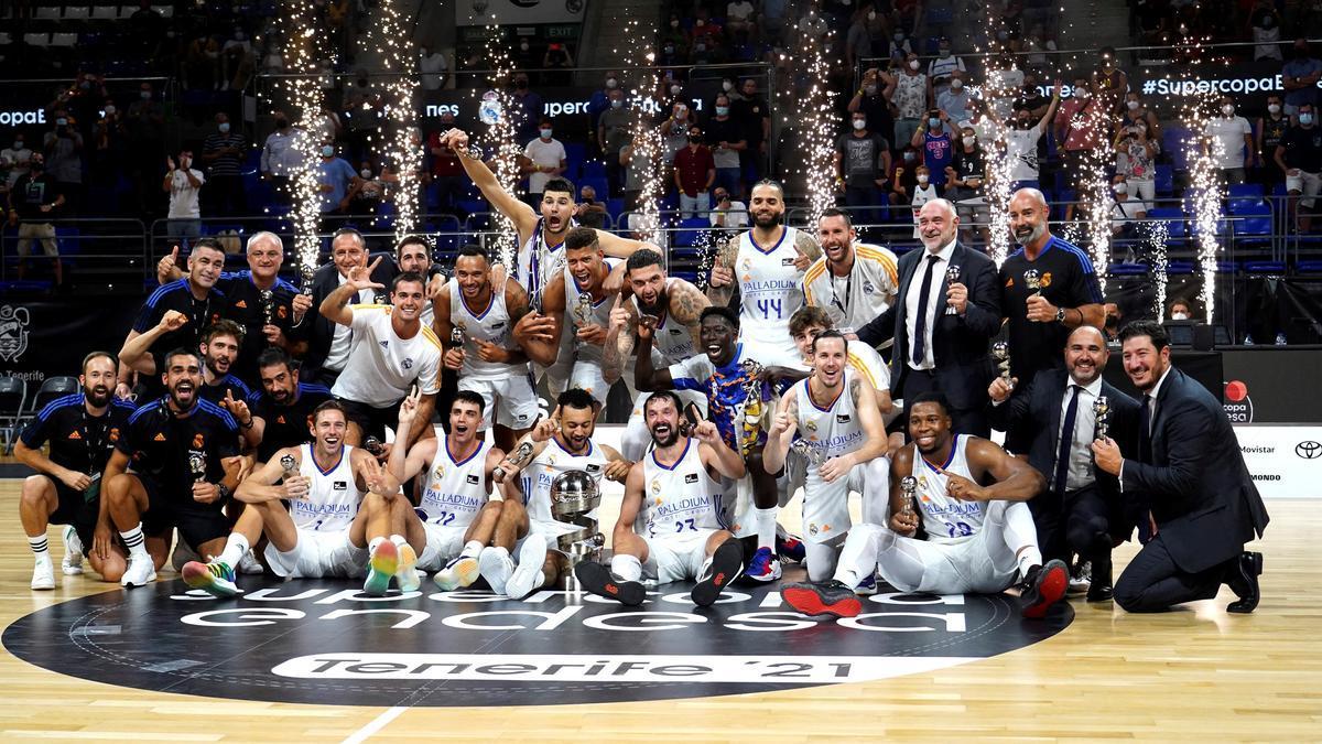 La plantilla madridista, con el trofeo de campeones.