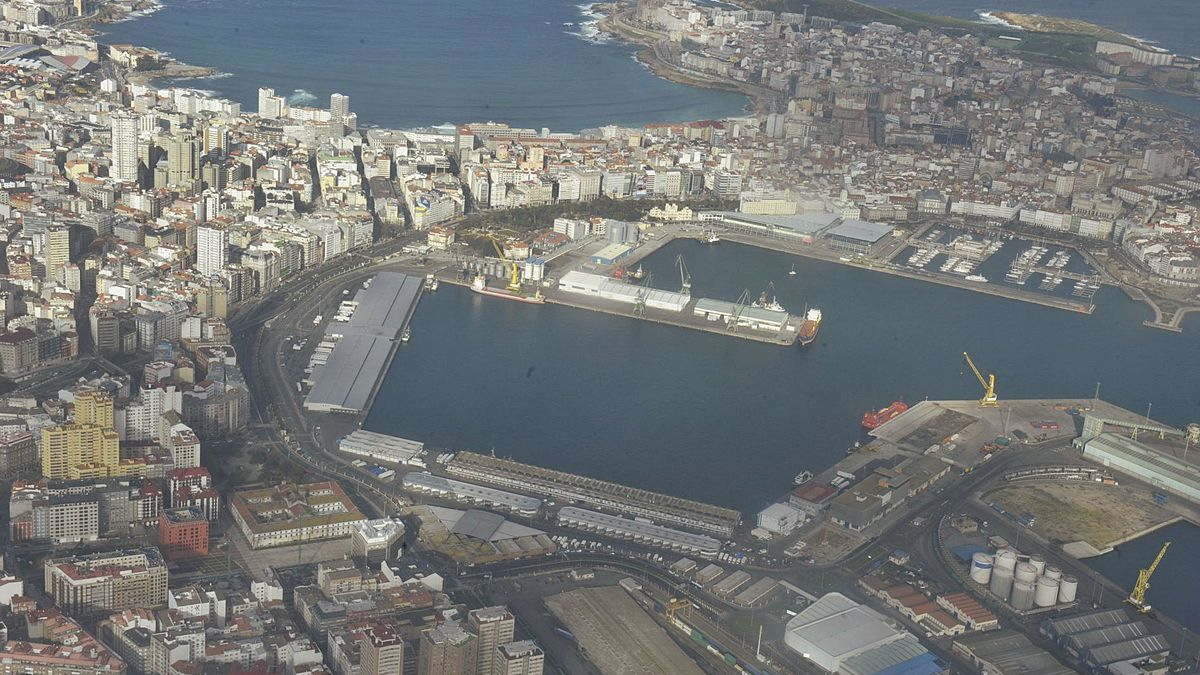 Vista aérea parcial del puerto de A Coruña, desde la Dársena de la Marina hasta el inicio de los muelles de San Diego y el Centenario.   | // VÍCTOR ECHAVE