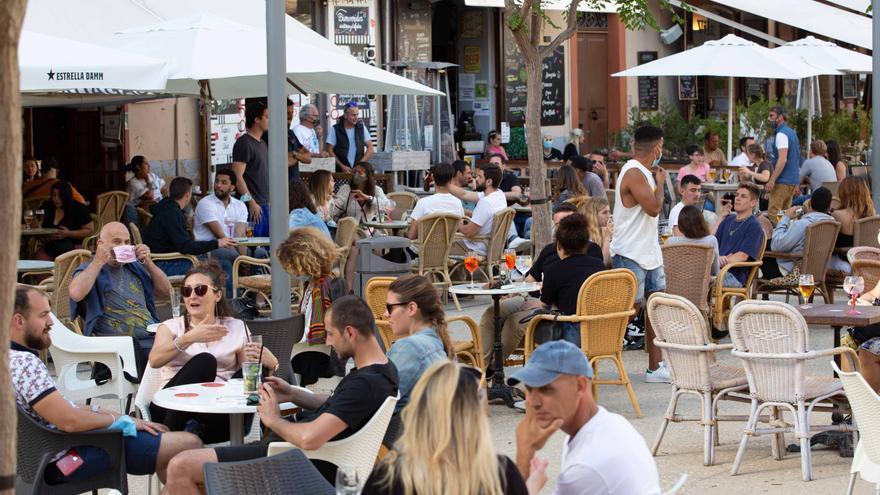 Formentera podrá abrir bares y restaurantes hasta las 2 de la mañana pero Ibiza seguirá igual, hasta la 1