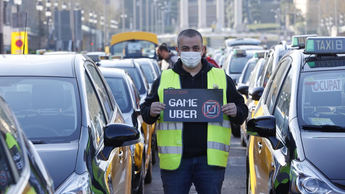 Un taxista protesta contra Uber en Barcelona.